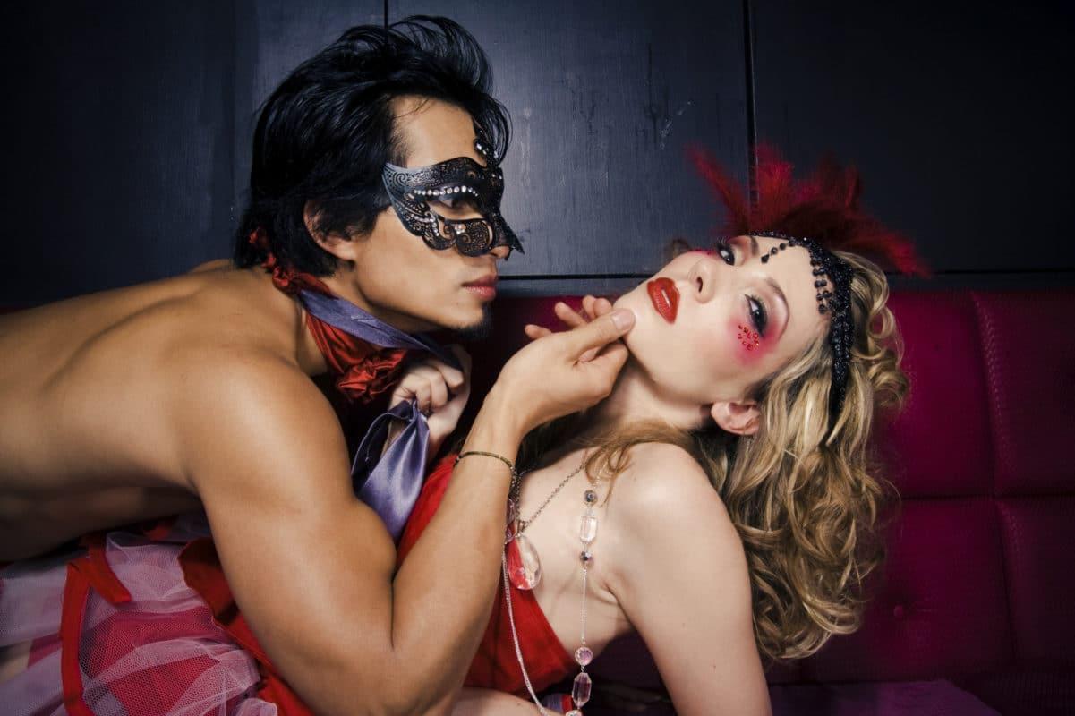 Der afholdes maskebal eller maskerade et par gange om året i swingerklubberne.