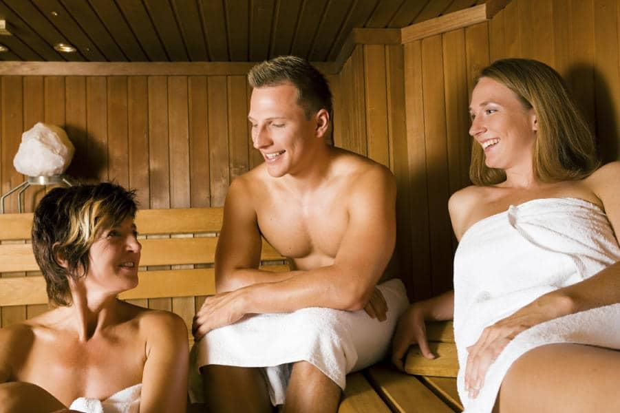 Nogle mødes i saunaen hvor der snakkes lidt inden legen i swingerklubben.